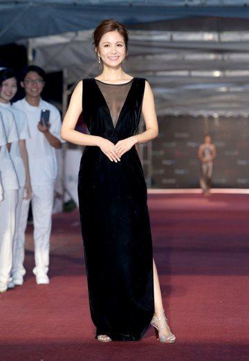 吳怡霈出席第51屆金鐘獎頒獎典禮,走星光大道紅毯。