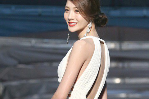 吳亞馨8日參加金鐘獎走星光大道,穿著一身白色露背禮服,側露美腿的模樣非常優雅大方。有網友在PTT推文,大讚她這次走紅毯超美。