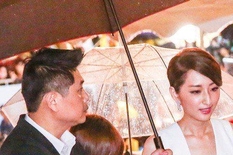 第51屆金鐘獎,柯佳嬿(左二)與邱澤(左三)一起走紅毯,當天遇到大雨,在入場時邱澤還貼心地幫柯佳嬿拉裙擺,簡直是暖男無誤阿!