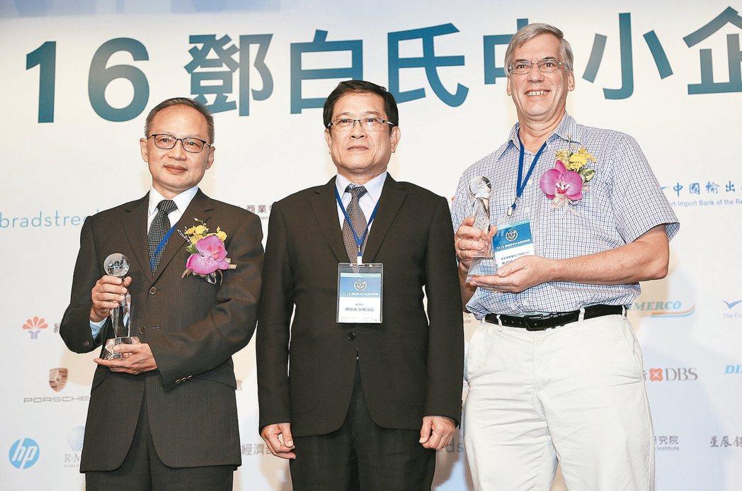 經濟部常務次長楊偉甫(中)頒發「MVP獎」給捷力精密機械與普家康興業公司代表。 ...