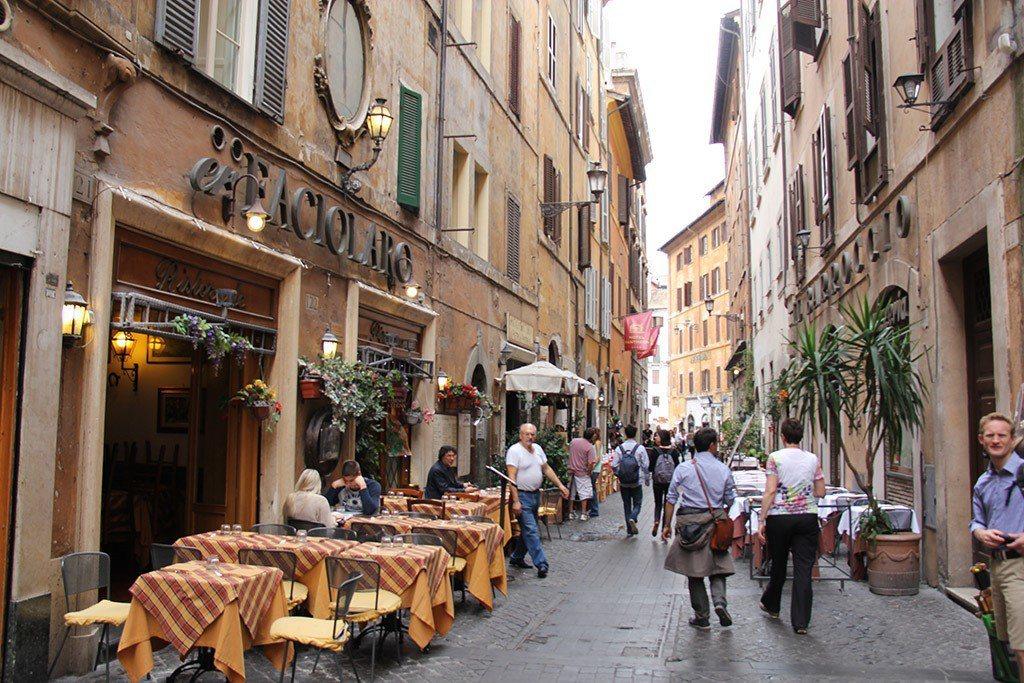 比起美國城市,羅馬的街頭上有更多的行人愉悅地步行著。 圖/取自Precoa ...