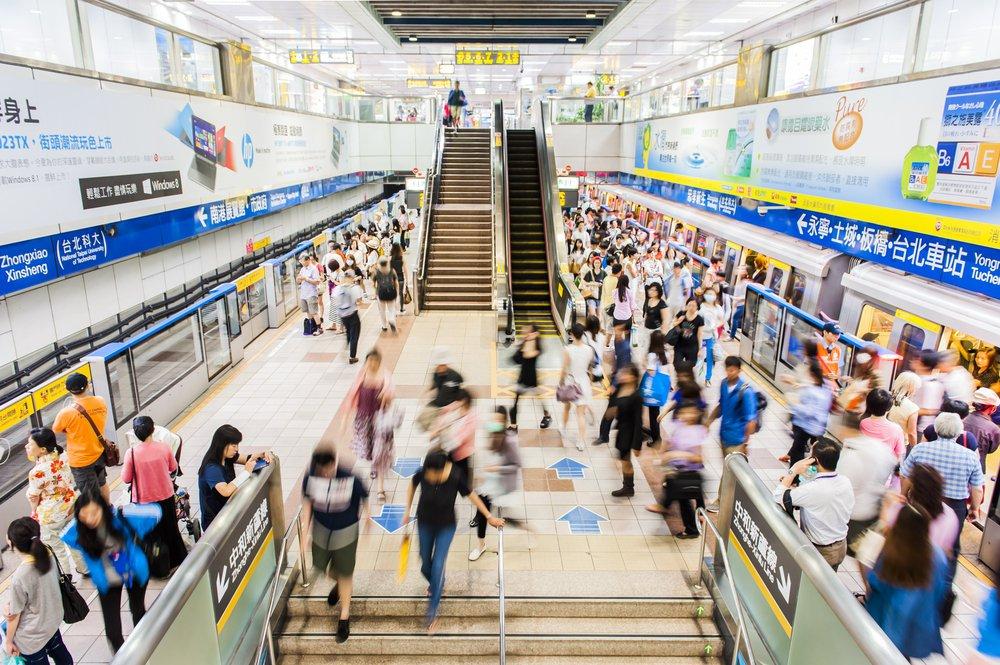 搭乘公共運輸的人,比起開車的人更易達成每日30分鐘的基本運動需求。 圖/shutterstock