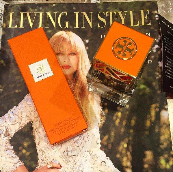Tory Burch 金緻淡香精 俐落的方型瓶身,搭配橘X金的品牌經典色,帶有微...
