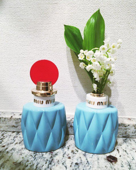miu miu 繆斯女神女性淡香精,瓶身模仿品牌經典包款設計,使用小羊皮皺褶貫穿...