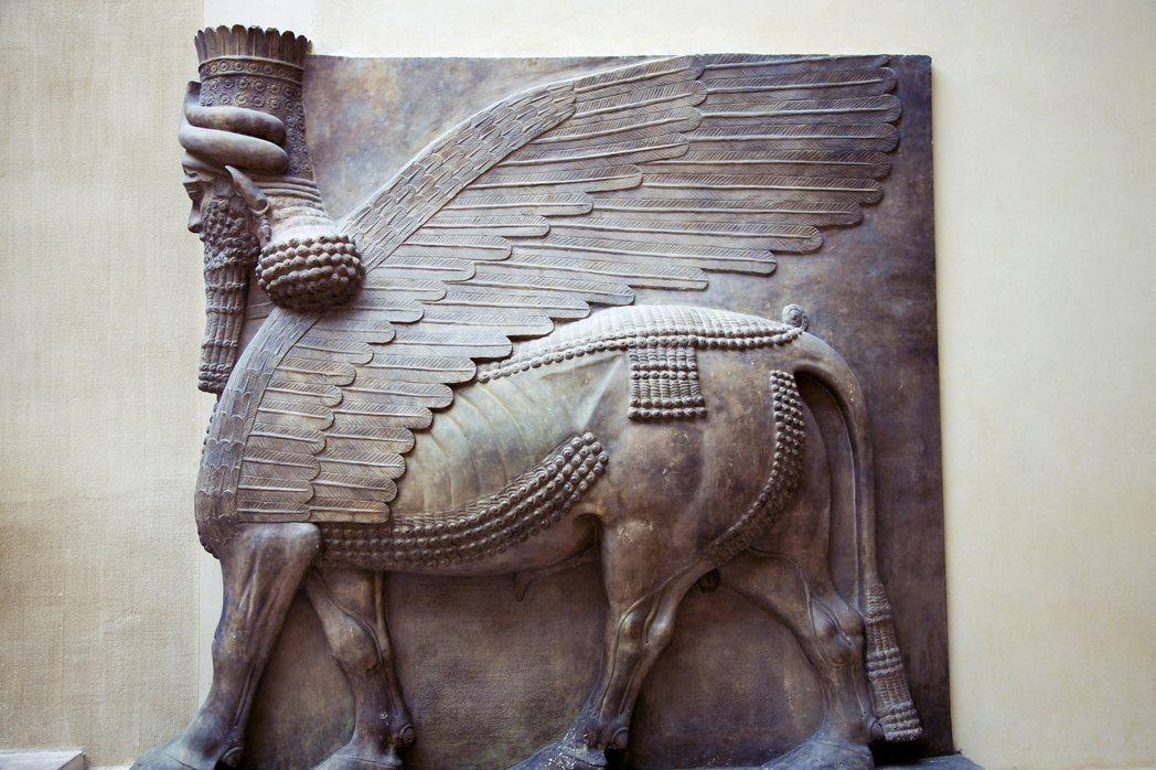 羅浮宮內的館藏,來自亞述文明的「捨杜」(shedu,人頭飛牛身)石雕。 圖/Sh...