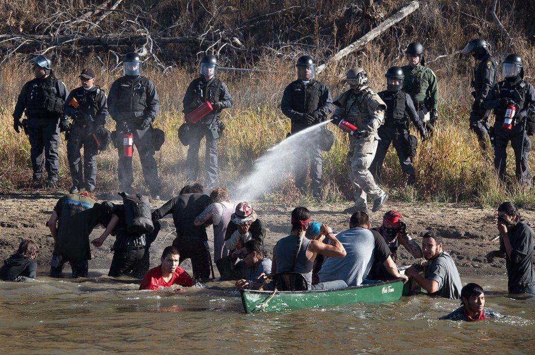 這批自稱「水源守護者」的抗爭者,周三也試圖進入油管工程區的水源地進行蘇族人告慰先...