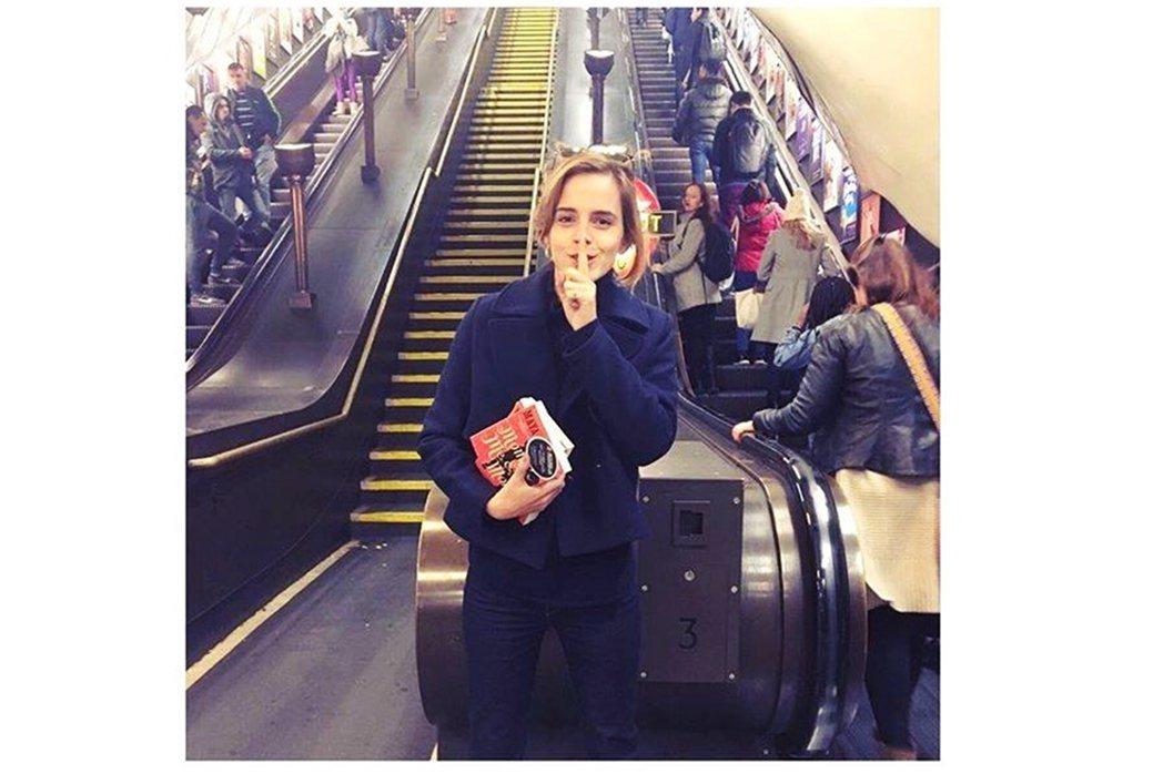 倫敦的地鐵上,藏有100本艾瑪.華森(Emma Watson)的推薦書! 圖/F...