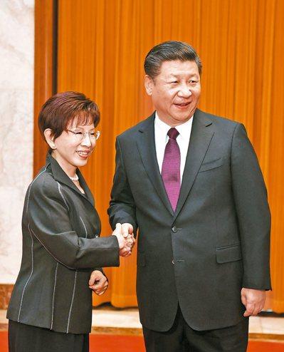 中共中央總書記習近平(右)在北京人民大會堂會見中國國民黨主席洪秀柱等。 中新社