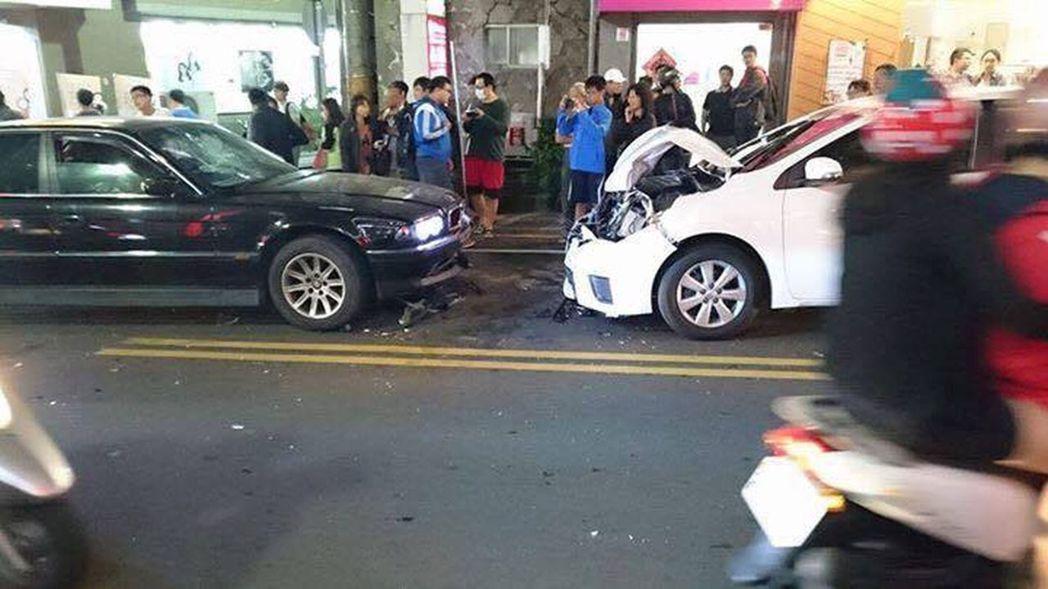 網友將台中市東海商圈BMW大7狠撞ALTIS畫面上傳爆料公社,引發議論。圖/翻攝自爆料公社