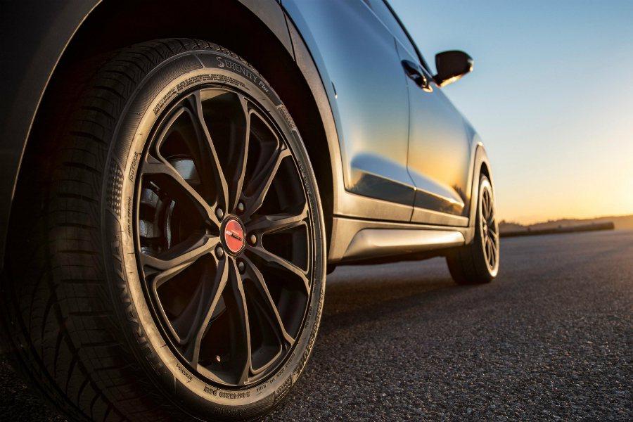 Tucson Night Edition 特仕車採 19 吋輪圈,並透過全黑螺母與紅色中心蓋進行點綴。 摘自 Hyundai