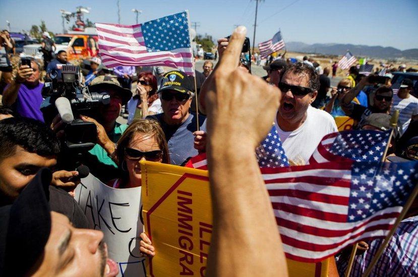 2014年加州的穆列塔市(Murrieta)發生一起當地居民攔車抗議美國聯邦當局...