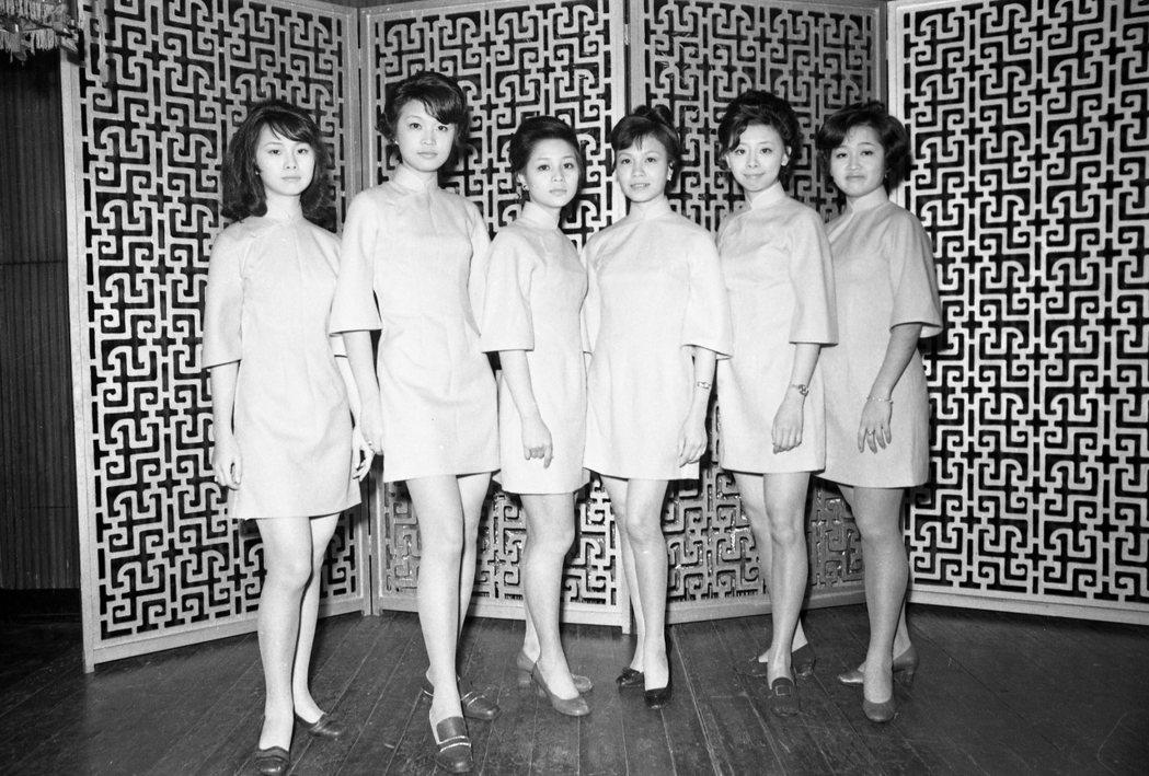 1970年大阪世博的「中國館」女服務員。當時中華人民共和國尚未與日本建交,世博的...