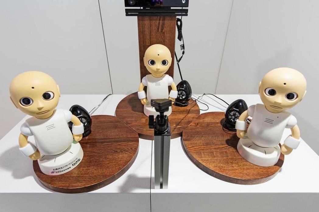 未來館中展示的互動社交型機器人,將來可以投入部分的長照工作。參觀者可以與三個機器...