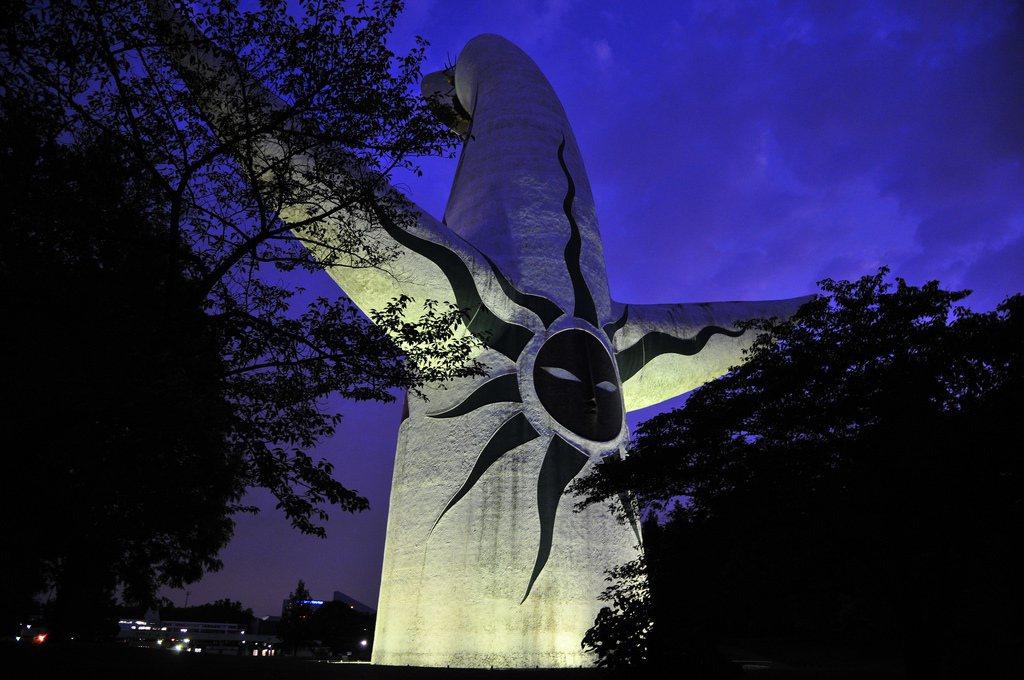 太陽之塔背面象徵「過去」的黑色太陽。設計者岡本太郎認為,人們一味地懷古只是逃避創...