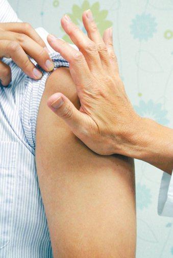 民眾到醫院或診所接受肌肉注射,先以大拇指單點按壓約一分鐘,再以手掌搓揉約二分鐘,...