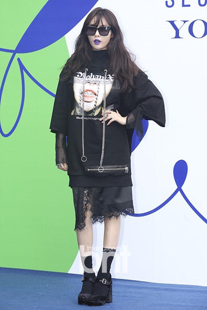 泫雅最近以「恐怖時尚」現身各種場合。圖/摘自BNT