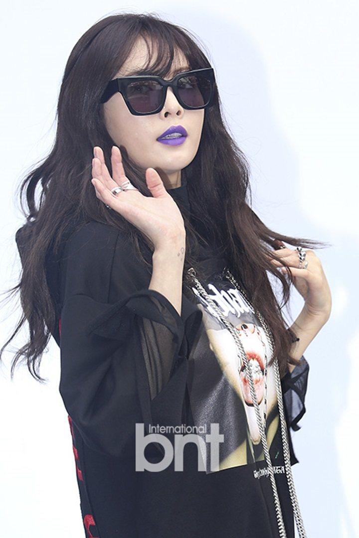 泫雅的紫色霧面唇膏讓網友誤以為她中毒。圖/摘自BNT
