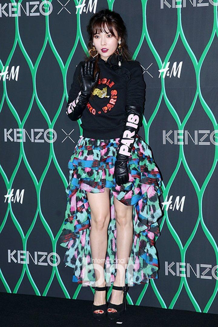泫雅穿著「H&M X KENZO」聯名系列設計師款服飾。圖/摘自BNT