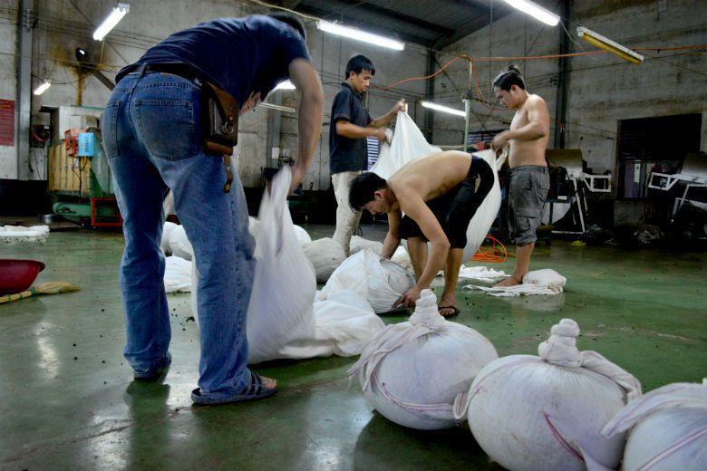 2015年八月一號開始,越南茶如要進口台灣,必須經過海關逐櫃、逐批檢驗,確保農藥殘留無虞,並標明原產地。 攝影/作者自攝