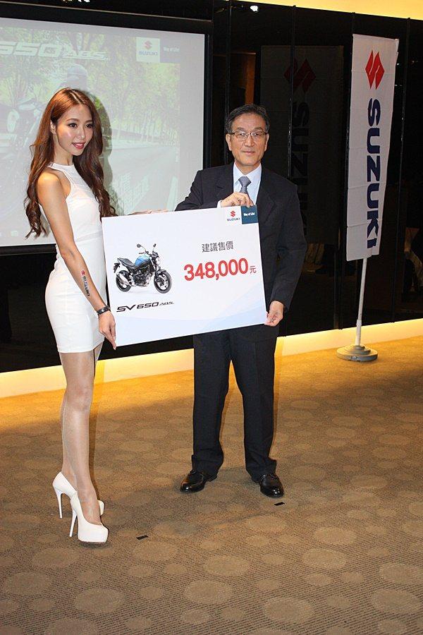 台鈴機車總經理藤照博(右)公佈售價。 記者林和謙/攝影