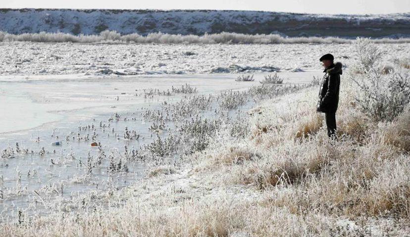 結冰的阿姆河:阿姆河河橫跨塔吉克、阿富汗、烏茲別克、土庫曼等國家,水資源的分配成...