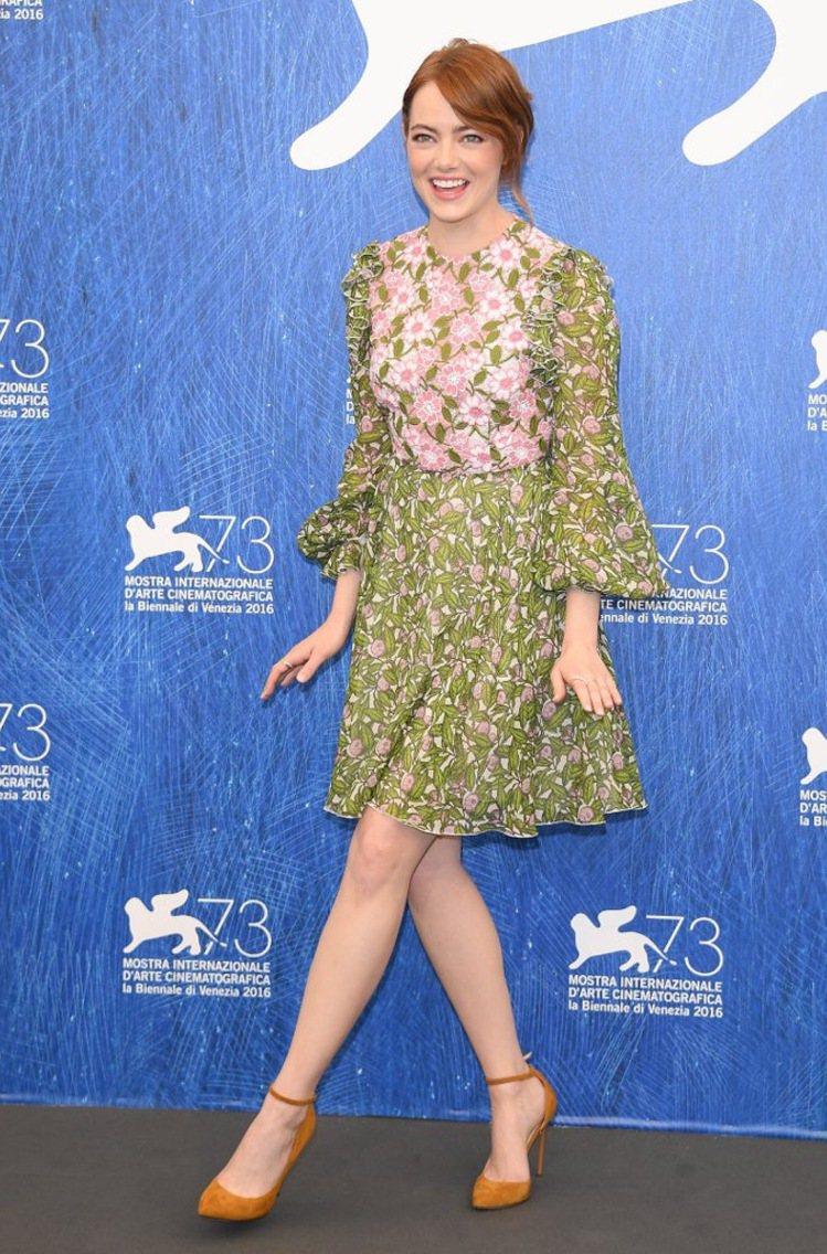 艾瑪史東的Giambattista Valli芥綠色印花裙俏麗可人。圖/取自Po...