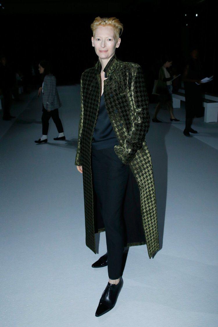 蒂達絲雲頓穿Haider Ackermann大衣配尖頭皮鞋,很有貴族氣息。圖/取...