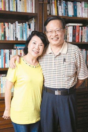 洪傳岳(右)與太太合照。 記者陳立凱/攝影