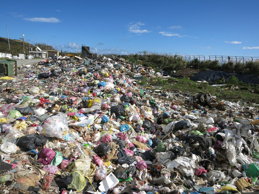 蘭嶼垃圾掩埋場幾乎已經飽和,原本設計容量有39150立方公尺,目前剩餘容量僅80...