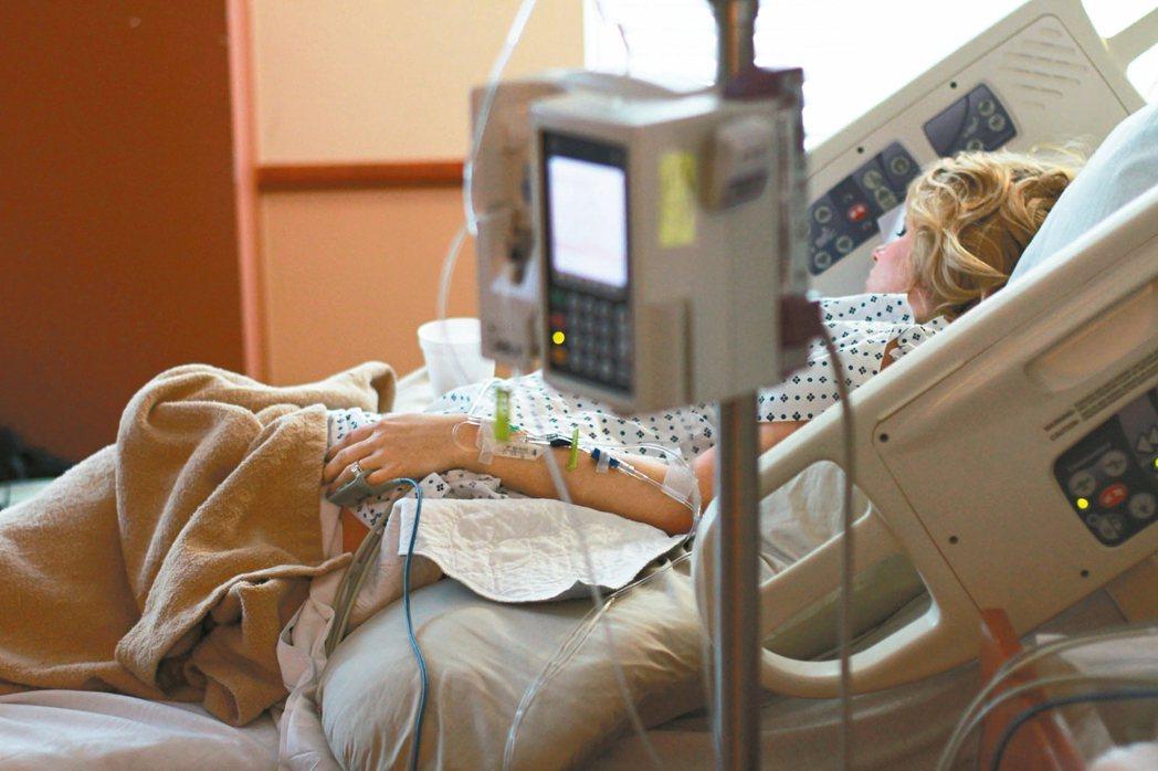 居家安寧療護是由接受過安寧療護的醫護人員居家訪視、提供醫療協助,家屬轉為主動照護...