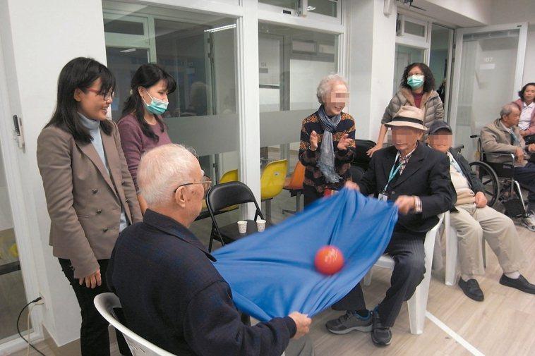 台安醫院醫護團隊走入社區開失智衛教課程。 台安醫院/提供