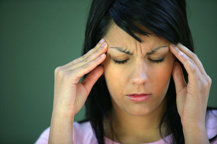 近期發生嚴重且無法解釋的頭痛或頭暈,也是腦瘤症狀之一。 示意圖/ingimage...