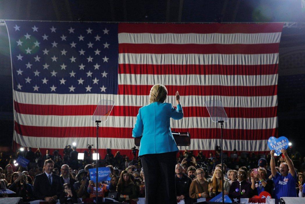 倒數48小時:美國總統大選的最後決戰。圖為周日力拼新罕布夏州的民主黨參選人希拉蕊...