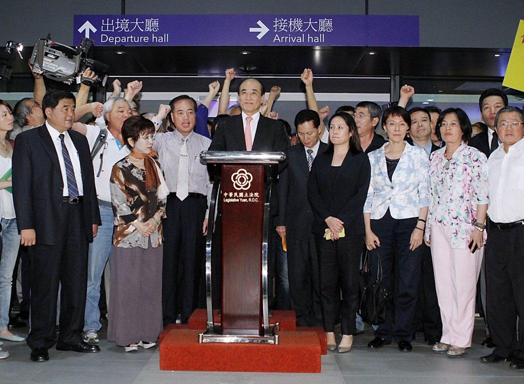 2013年9月10日晚間,前立法院長王金平(中)搭機返抵台灣,隨即在機場舉行記者...