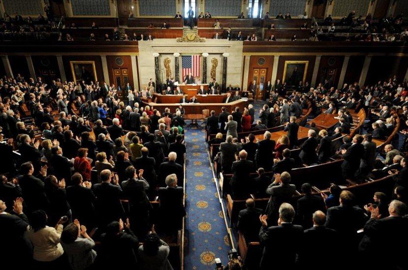 圖為2009年總統大選,國會大廈內,參議院議長負責點算各州寄回的選舉人票確認證書...