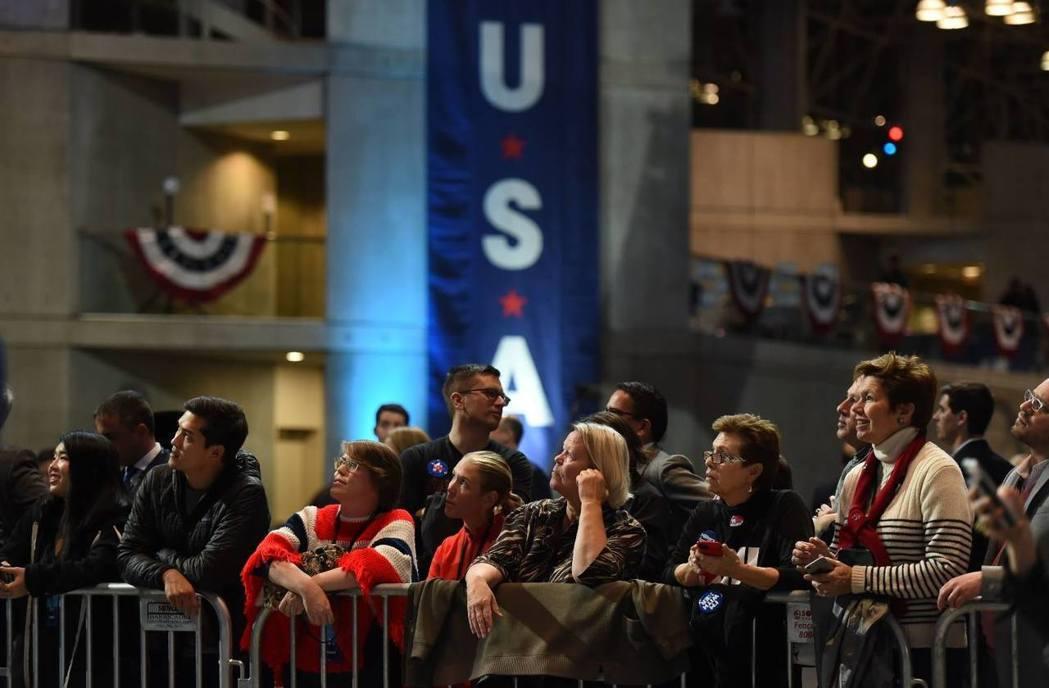 紐約地獄廚房,希拉蕊開票總部外焦急的民主黨支持群眾。 圖/法新社