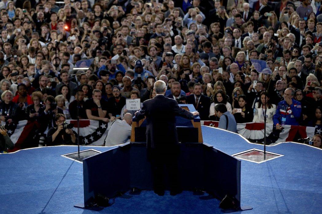 柯林頓總幹事登台:「還沒輸,但先回家吧...」 圖/法新社