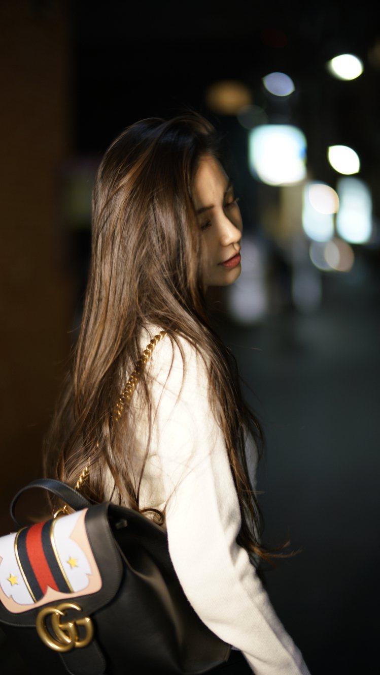 Angelababy 背帶 GG Marmont 後背包。圖/Gucci提供