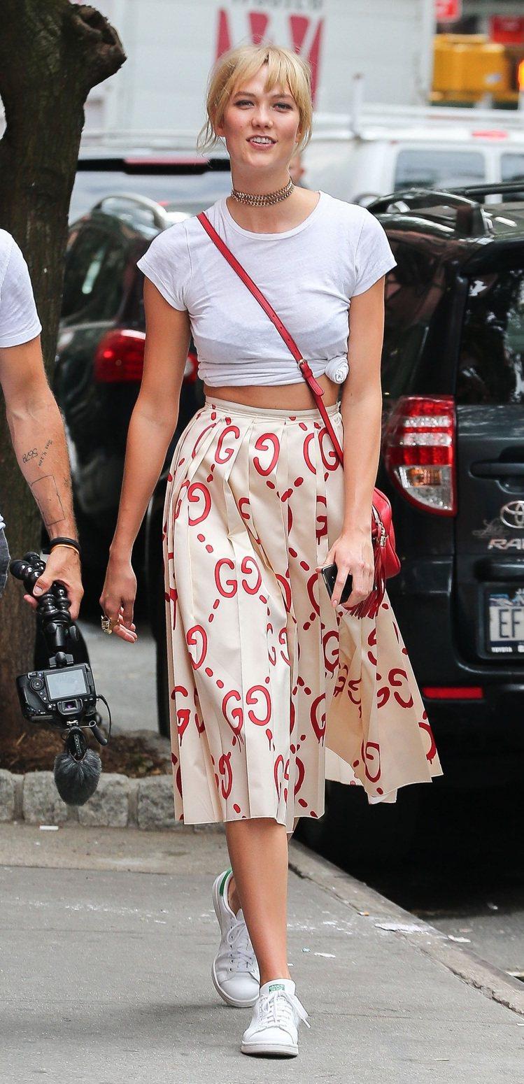 超模 Karlie Kloss 穿著 GucciGhost 塗鴉百褶裙。圖/Gu...