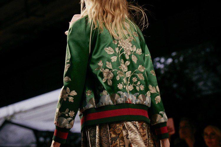 綠紅綠織帶不再只是皮件產品上的常客,而是化為服裝上的點綴,增加變化。圖/Gucc...