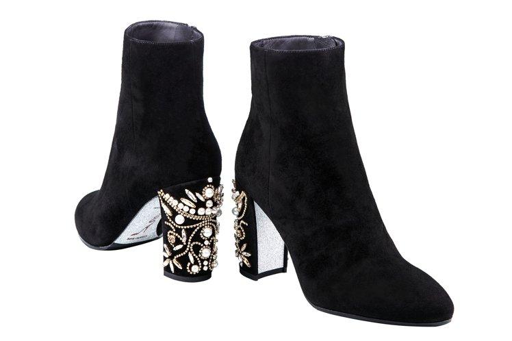 鑲黑金珠寶短靴,售價56,000元。圖/RENE CAOVILLA提供