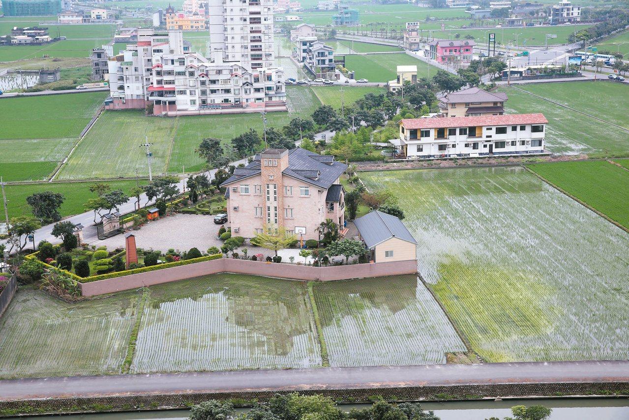 原本農地公告地價較低,導致宜蘭縣內農地違規使用情況嚴重,農地「種」出一棟棟豪華農...