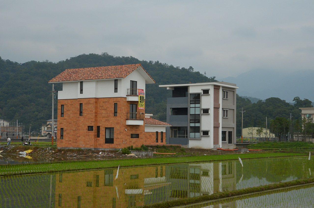 宜蘭縣農舍一間接著一間蓋,農村風貌大幅改變。圖/報系資料照