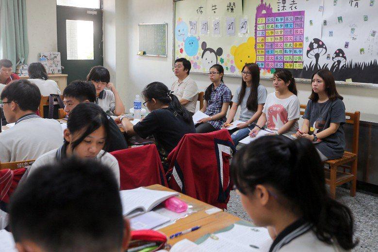觀課的目的是要精進教學、提升專業能力,而不是在監視老師(示意圖)。 攝影/記者黃...