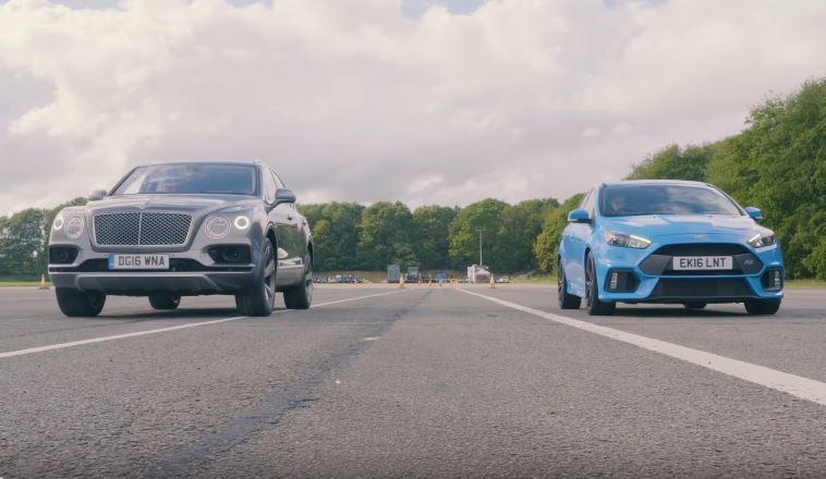 外媒〈Auto Express〉找來 Ford Focus RS 與最速豪華休旅車的 Bentley Bentayga 進行直線加速比較。 摘自 Youtube