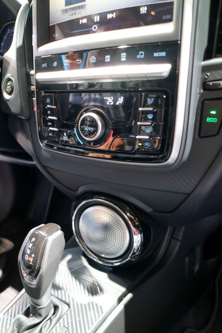 3 LUXGEN S3撼動版把撼動重低音高調地安裝在中控台下方。記者史榮恩/攝影