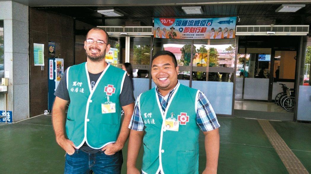 到台東馬偕醫院2年的Keith(左)、Angwar(右),十分樂於幫助病患。 記...