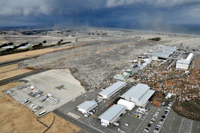 由於地震造成海嘯,仙台機場被海水淹沒,也使得七夕足球隊一度無法出賽。 圖/美聯社