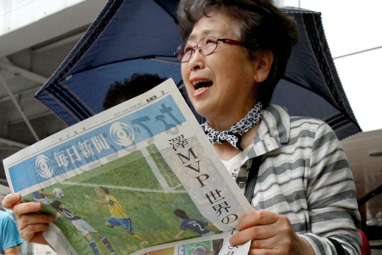 2011年日本女子足球代表隊奪得世界杯冠軍,民眾得知訊息後欣喜。受災區的足球隊踢出亮眼的表現,並不是偶然,運動確實可以凝聚人們的向心力。 圖/美聯社