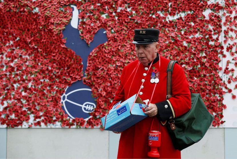 國殤紀念期間,在英國球場外可以見到皇家英國退伍軍人協會的募款工作人員。 圖/路透...